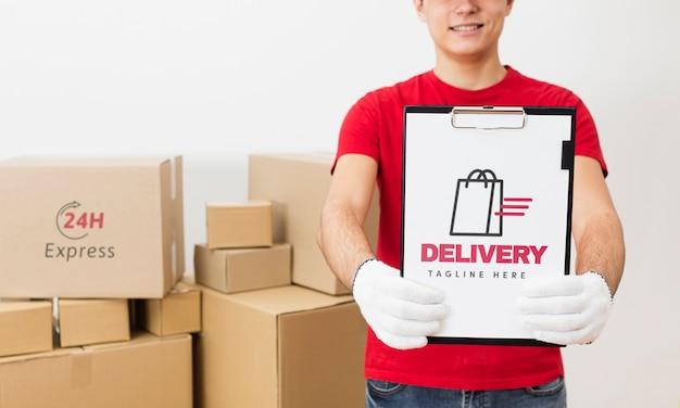Kurier hält zwischenablage vor paketmodell Kostenlosen PSD