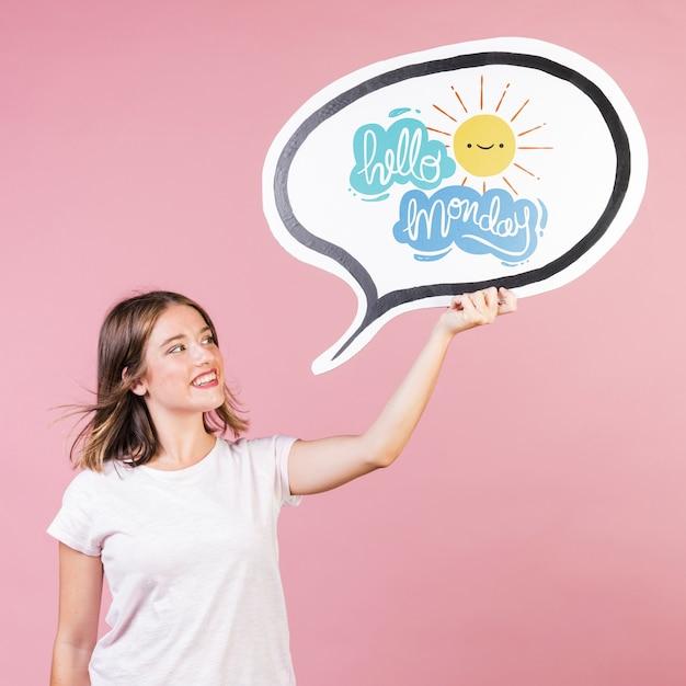 Lächelnde junge frau, die ein brettmodell hält Kostenlosen PSD