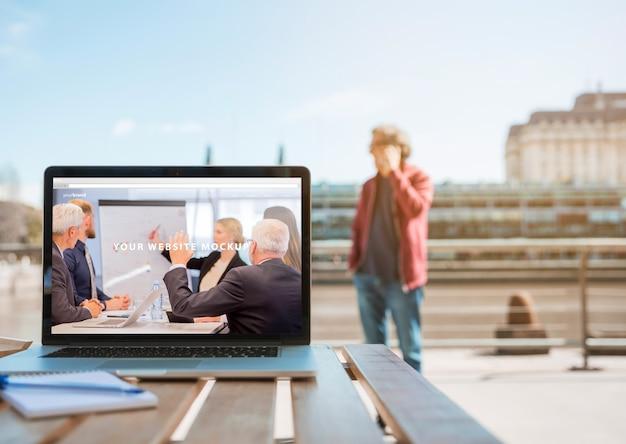 Laptop auf dem tisch in der stadt Kostenlosen PSD