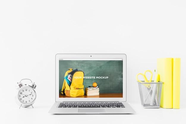 Laptop mit modellbildschirm im sauberen und sauberen arbeitsbereich. bildungsthema Kostenlosen PSD