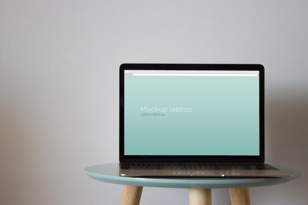 Laptop-modell am runden tisch Kostenlosen PSD