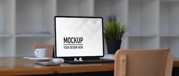 Laptop-modell auf holztisch im co-arbeitsraum Premium PSD
