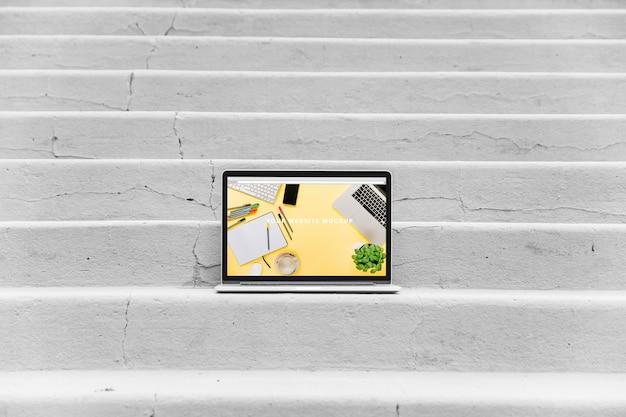 Laptop-modell auf treppen Kostenlosen PSD