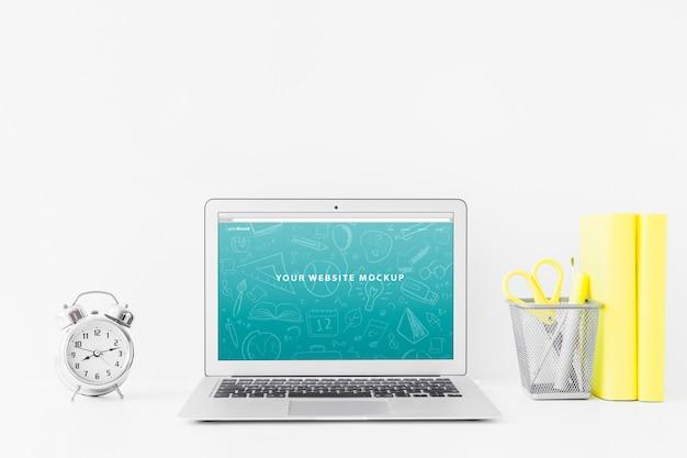 Laptop-modell für website-präsentation mit zurück zum schulkonzept Kostenlosen PSD