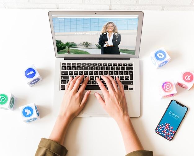 Laptopmodell mit konzept des sozialen netzes Kostenlosen PSD