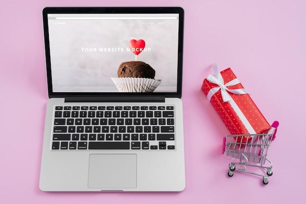 Laptopmodell mit valentinsgrußtageselementen Kostenlosen PSD
