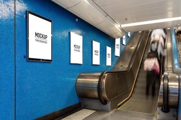 Leere anschlagtafel gelegen in der untertagehalle oder in der u-bahn für die werbung, modellkonzept, fensterladen der niedrigen lichtgeschwindigkeit Premium PSD