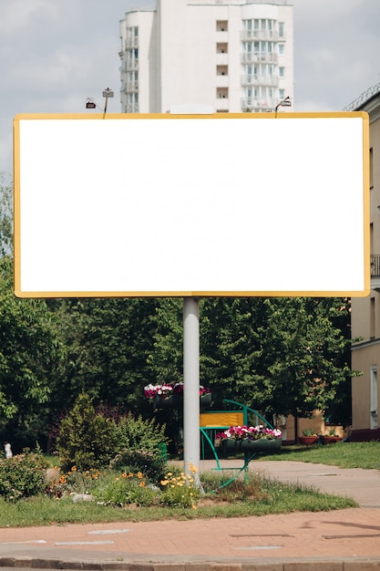 Leere plakatwand in der stadt Premium PSD