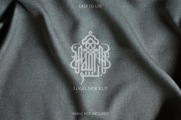 Logo mockup design auf stoffdetails Premium PSD