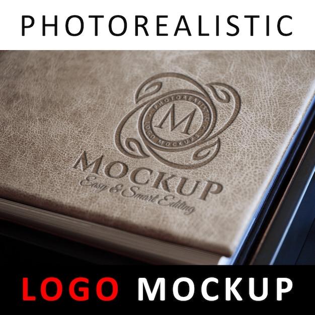 Logo mockup - prägung logo auf lederbucheinband Premium PSD