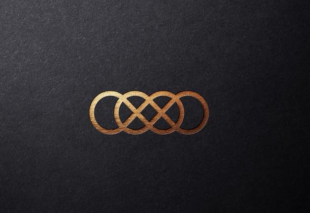 Luxuriöses goldenes logo-modell auf glatter geprägter oberfläche Premium PSD