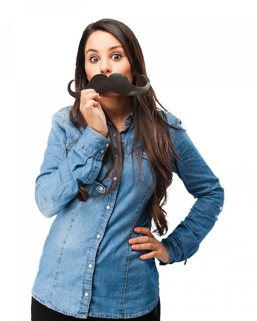 Mädchen mit einem falschen schnurrbart spielen Kostenlosen PSD