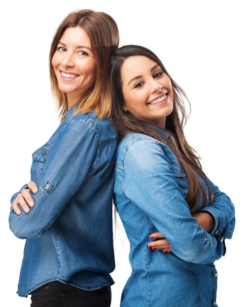 Mädchen rücken an rücken Kostenlosen PSD
