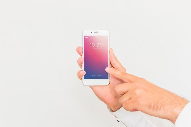 Männliche hand, die smartphonemodell hält Kostenlosen PSD
