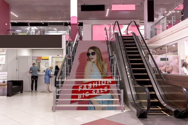 Mall-werbemodell auf treppen Kostenlosen PSD