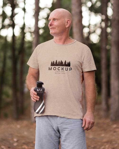 Mann auf dem campingplatz mit einem modell-t-shirt Kostenlosen PSD