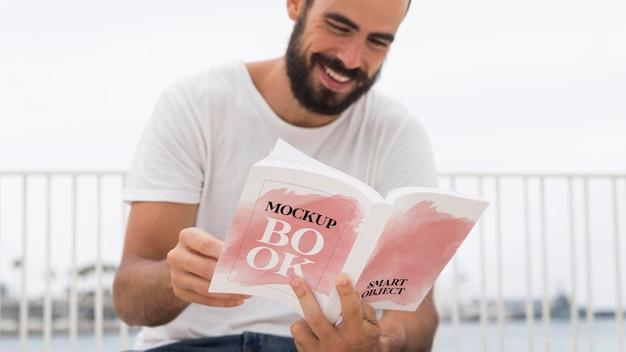Mann auf der straße lesebuch Kostenlosen PSD