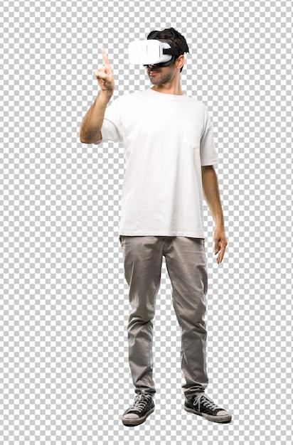 Mann, der die vr-gläser berühren auf transparentem bildschirm verwendet Premium PSD