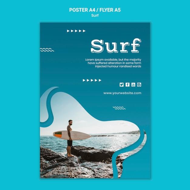 Mann, der ein surfbrettplakat hält Kostenlosen PSD