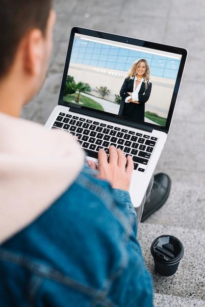 Mann, der laptop-modell darstellt Kostenlosen PSD
