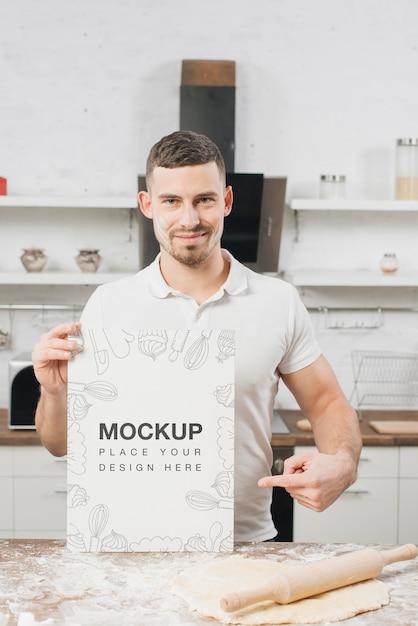 Mann in der küche mit nudelholz und teig Kostenlosen PSD