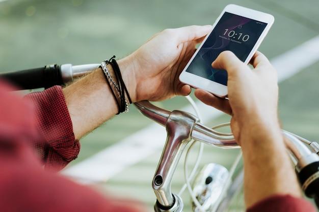 Mann mit einem smartphone Kostenlosen PSD