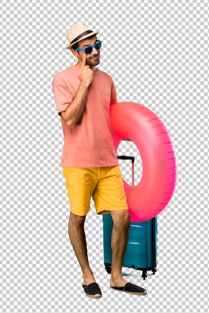 Mann mit hut und sonnenbrille auf seinen sommerferien, die zur front stehen und schauen, die das auge mit dem finger öffnet Premium PSD