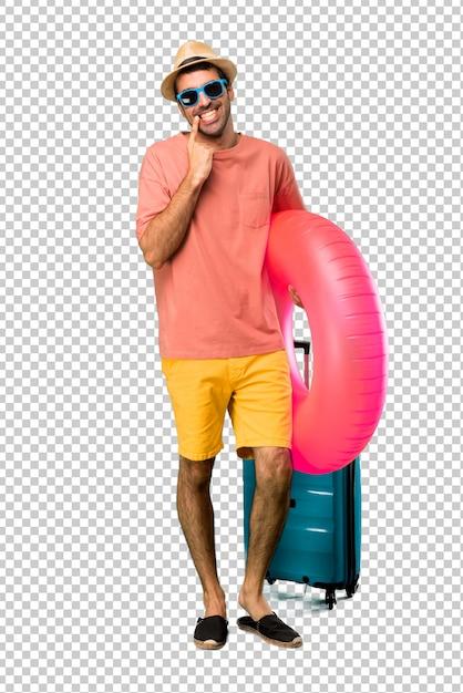 Mann mit hut und sonnenbrille auf seinen sommerferien lächelnd mit einem glücklichen und angenehmen ausdruck beim zeigen des munds und des gesichtes mit den fingern Premium PSD