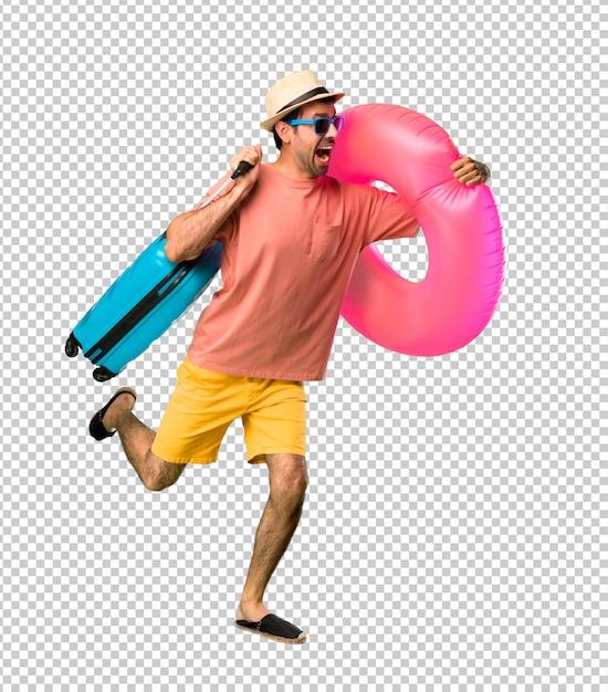Mann mit hut und sonnenbrille in seinen sommerferien, die schnell laufen Premium PSD