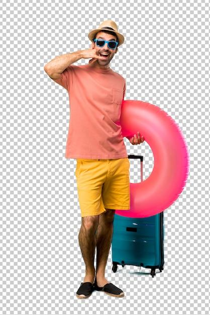 Mann mit hut und sonnenbrille in seinen sommerferien telefongeste machend und mit jemand sprechend. ruf mich zurück zeichen Premium PSD