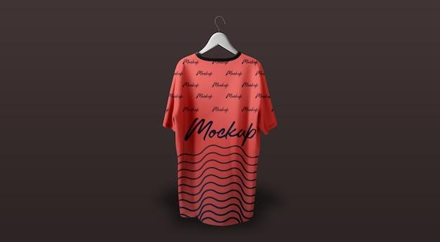 Mann-t-shirt modell, das roten dunklen hintergrund hängt Premium PSD