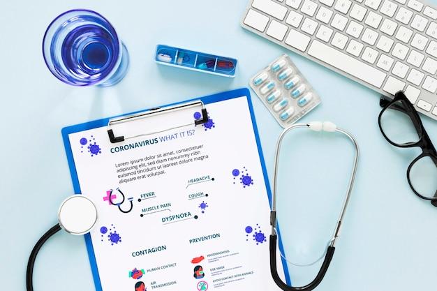 Medizinische form mit stethoskop auf dem tisch Kostenlosen PSD