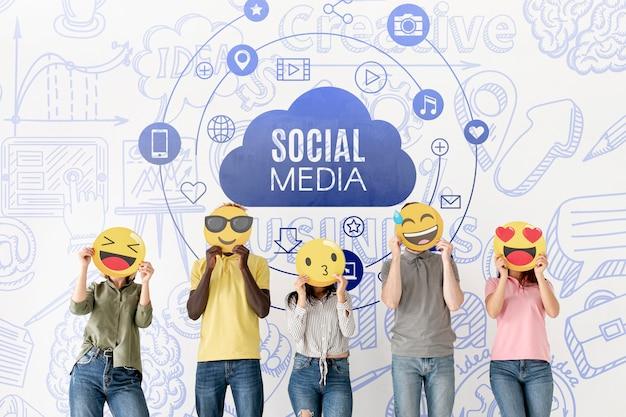 Menschen mit emoji sind mit social media konfrontiert Kostenlosen PSD