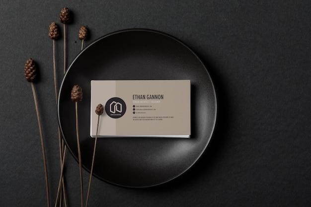 Minimales visitenkartenmodell auf schwarzem teller Premium PSD