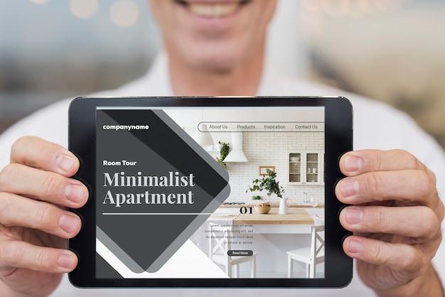 Minimalistische wohnungswebsite mit tablet-modell Kostenlosen PSD