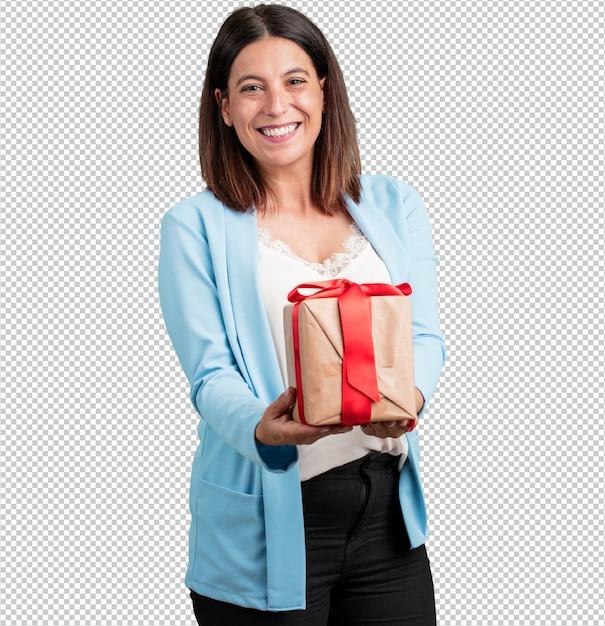 Mittlere gealterte frau glücklich und lächelnd, ein nettes geschenk anhalten, aufgeregt und voll, einen geburtstag oder ein gekennzeichnetes ereignis feiernd Premium PSD