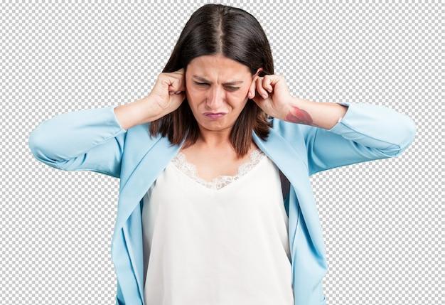 Mittlere gealterte frauenbedeckungsohren mit den händen, verärgert und müde vom hören etwas tones Premium PSD