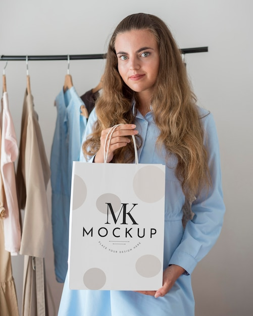 Mittlere schussfrau, die einkaufstasche hält Premium PSD