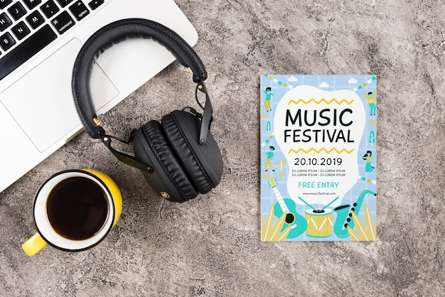 Mock-up-kopfhörer für musik auf dem schreibtisch Kostenlosen PSD