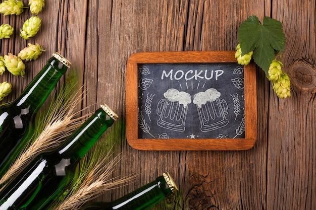 Mock-up mug draw und flaschen mit bier daneben Kostenlosen PSD