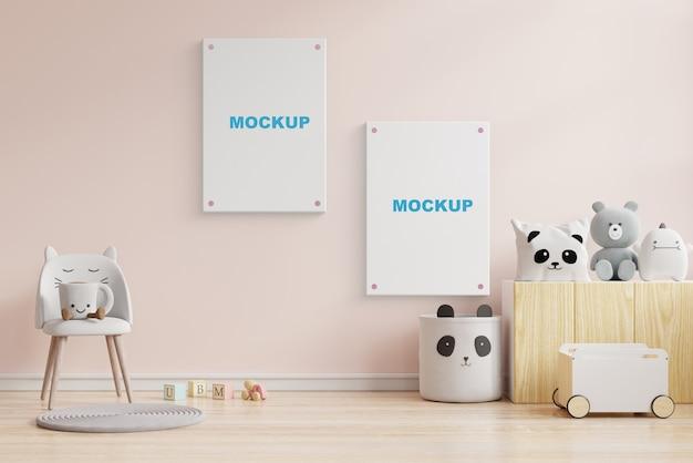 Mock up plakate im kinderzimmer interieur, plakate auf leere cremefarbene wand. 3d-rendering Premium PSD
