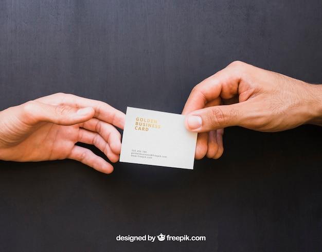 Mock up von händen austausch von goldenen visitenkarte Kostenlosen PSD