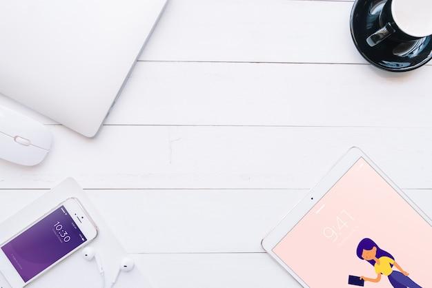 Mock-up von verschiedenen geräten mit kreativität oder arbeitsplatzkonzept Kostenlosen PSD