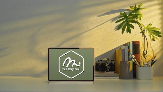 Mockup tablet auf studiertisch mit kopierraum, kamera und schulelementen im home office Premium PSD