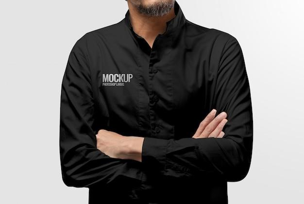 Model trägt ein schwarzes hemd Premium PSD