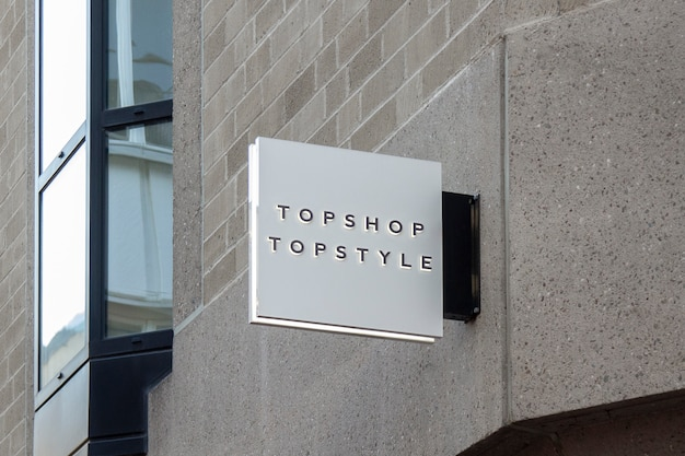 Modell des städtischen weißen quadrats 3d logo sign hanging an der wand der straßen-im freien Premium PSD
