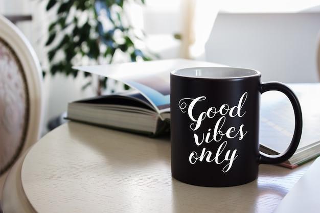 Modell einer schwarzen kaffeetasse auf dem tisch Premium PSD