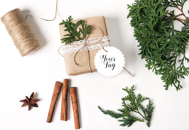 Modell einer weihnachtsgeschenkbox mit rundem etikett Premium PSD