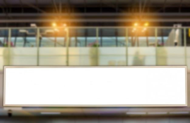 Modellbild des unbelegten anschlagtafelplakers und geführt in der flughafenterminalstation für die werbung Premium PSD