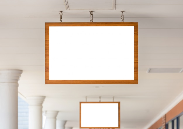 Modellbild des weißen schirmes des leeren hölzernen rahmens der anschlagtafel außerhalb des schaufensters für die werbung Premium PSD